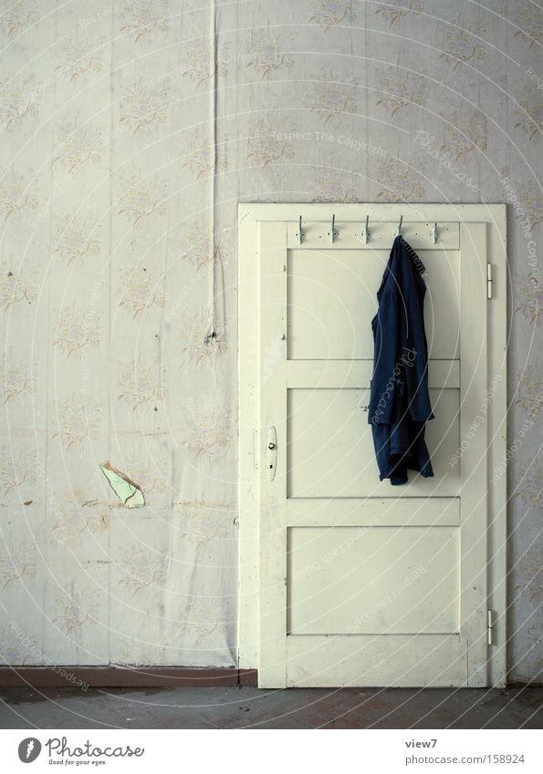 Kittel ruhig Einsamkeit Arbeit & Erwerbstätigkeit Tür Raum Ordnung Bekleidung Pause Tapete Handwerk Örtlichkeit Haken Arbeitslosigkeit Kleiderbügel Arbeitsanzug