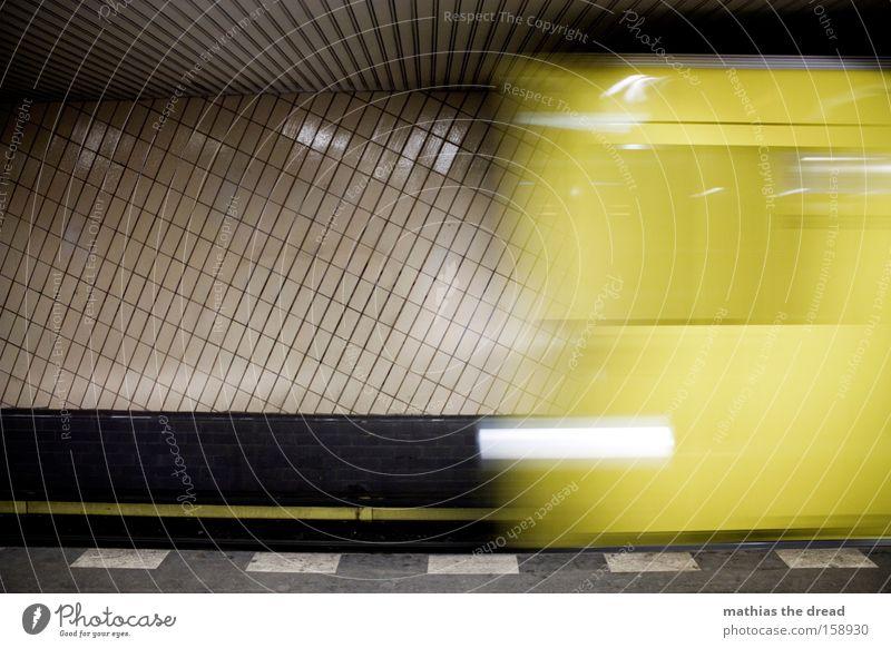 MITTERNACHTS ZUG U-Bahn Eisenbahn offen Berlin Untergrund Tunnel dunkel Bewegung fahren warten Bahnsteig Stadt Infrastruktur Bahnhof unterirdisch Unschärfe