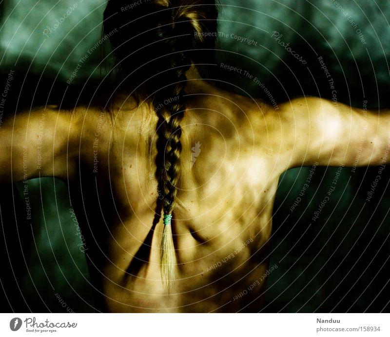 schutzlos-kraftvoll Frau Mensch Rücken Unterwasseraufnahme Vertrauen Schulter Fleck Surrealismus falsch Zopf Ehrlichkeit gefleckt abstrakt ausgeliefert Rückseite