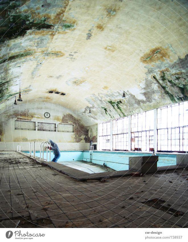 Der Aufstieg vs Der Abstieg Mensch Mann alt grün Einsamkeit Erwachsene Architektur grau Innenarchitektur dreckig maskulin leer Wandel & Veränderung Schwimmbad