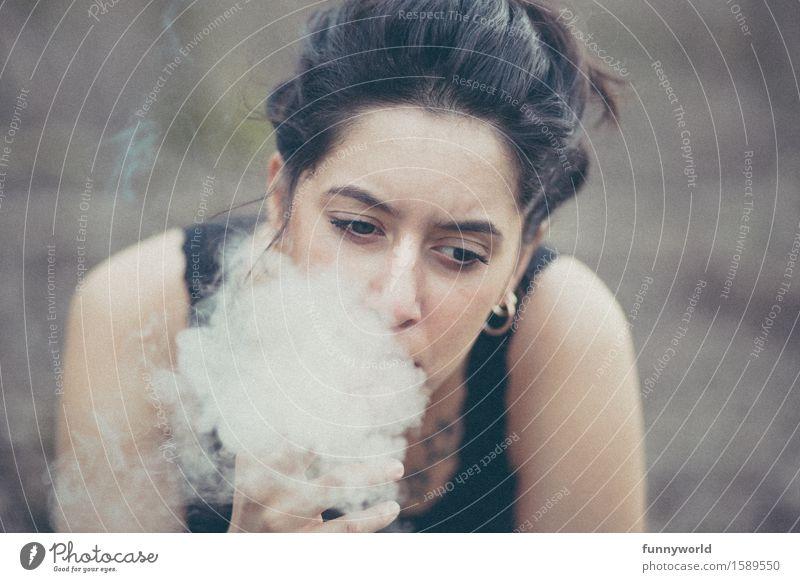 her Smoke feminin Junge Frau Jugendliche 18-30 Jahre Erwachsene Rauchen Gefühle Traurigkeit Sorge Schmerz Enttäuschung Ärger Verbitterung Zigarette