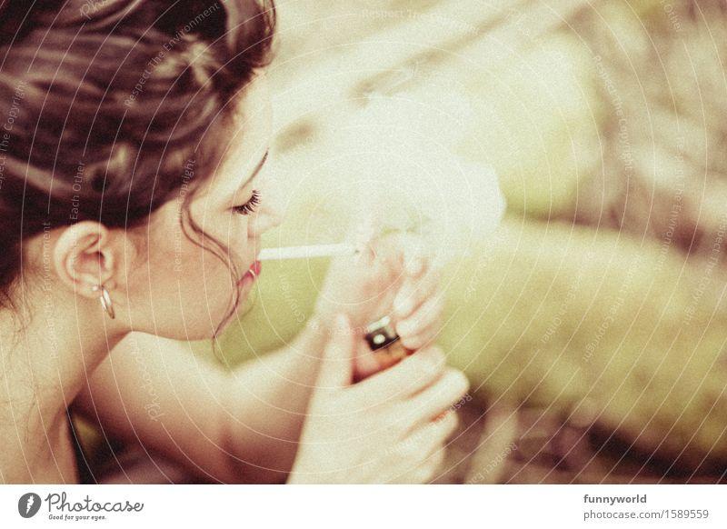 Addicted feminin Junge Frau Jugendliche Erwachsene 18-30 Jahre Rauchen Abhängigkeit schwarzhaarig brünett Locken Ohrringe rebellisch Zigarette Feuerzeug