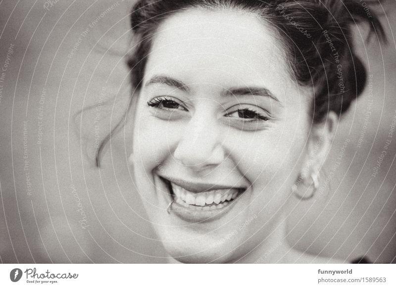 now: smile! Junge Frau Jugendliche 18-30 Jahre Erwachsene Lächeln lachen fantastisch Glück Gefühle Stimmung Fröhlichkeit Lebensfreude Freude Piercing Zähne