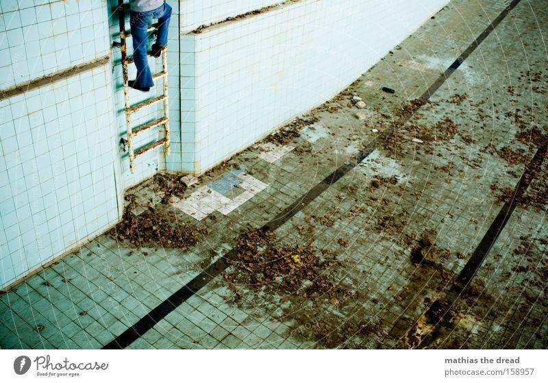 DER AUFSTIEG vs. DER ABSTIEG Mensch Mann maskulin leer Bad Schwimmbad Klettern verfallen Leiter aufsteigen Abstieg Schwimmhalle