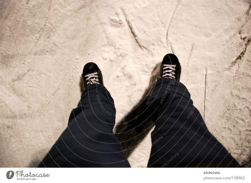 Ab auf's Eis weiß schwarz kalt Schnee Spielen Beine Fuß Schuhe gefroren Schlittschuhlaufen Funsport Schlittschuhe Schuhbänder Eisfläche Eisbahn