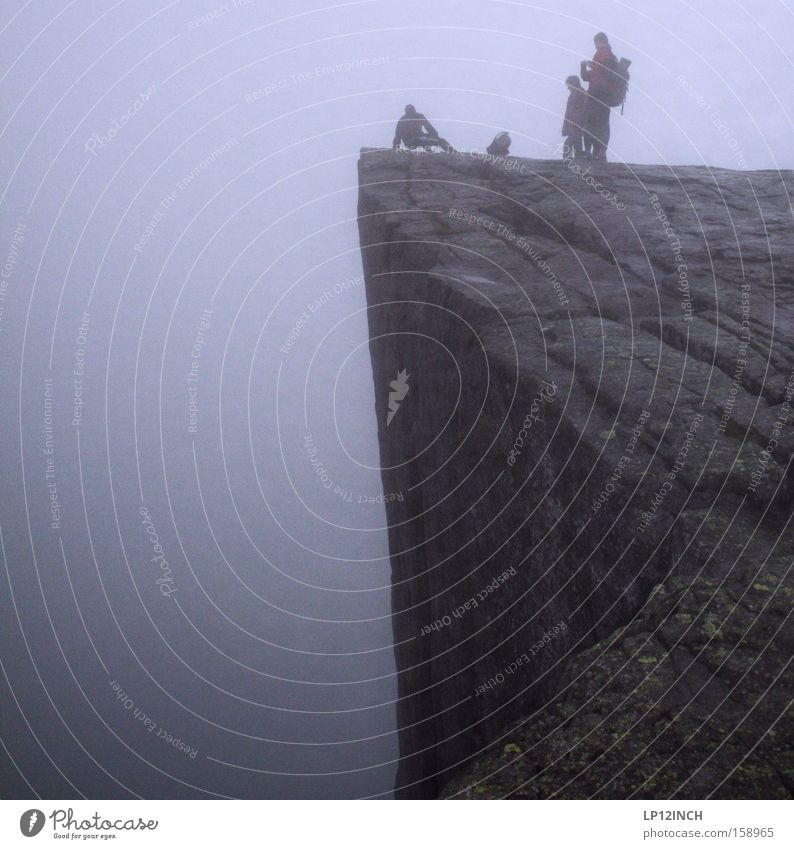Preikestolen mit weitem Blick über den nebligen Lysefjord Mensch Ferien & Urlaub & Reisen Tod Berge u. Gebirge Kraft Angst Nebel wandern liegen Abenteuer gefährlich stehen bedrohlich fallen unten Risiko