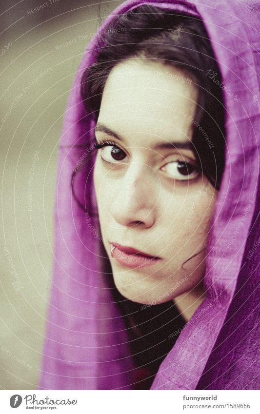 Frau mit lila Schal schaut in Kamera Mensch feminin Junge Frau Jugendliche 1 18-30 Jahre Erwachsene Traurigkeit Sorge Sehnsucht Enttäuschung Einsamkeit Kopftuch