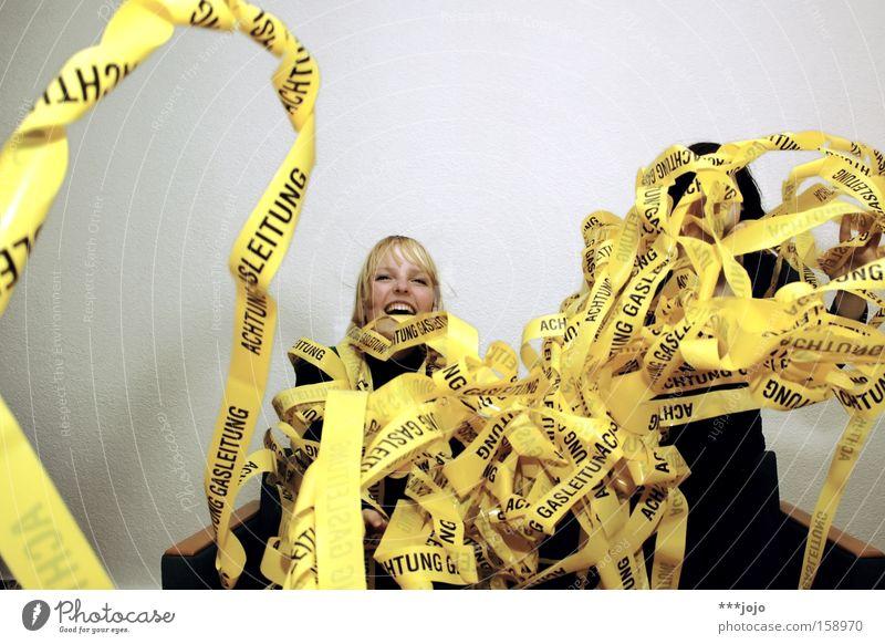 gas panic? [weimar 09] Frau Freude gelb Hinweisschild Karneval Warnhinweis Nudeln chaotisch Barriere durcheinander werfen Gas Vorsicht Warnschild Luftschlangen Gasleitung