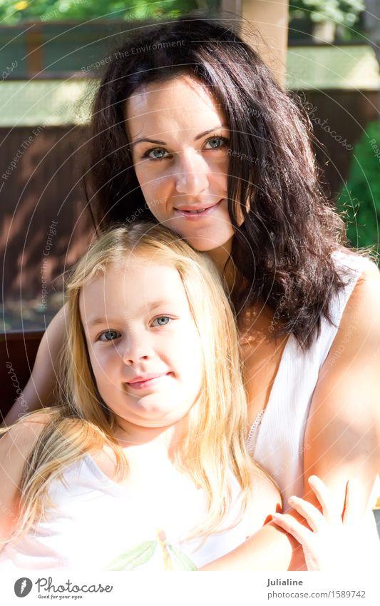 Glücklichste Mutter und Tochter Kind Schulkind Mädchen Frau Erwachsene Eltern Kindheit 8-13 Jahre 30-45 Jahre brünett blond weiß sechs 7 Dame Kaukasier