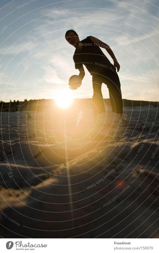 beachvolleyball Mann Jugendliche Himmel Sonne Freude Strand Wärme Sand Coolness Ball sportlich Barfuß Volleyball Ballsport