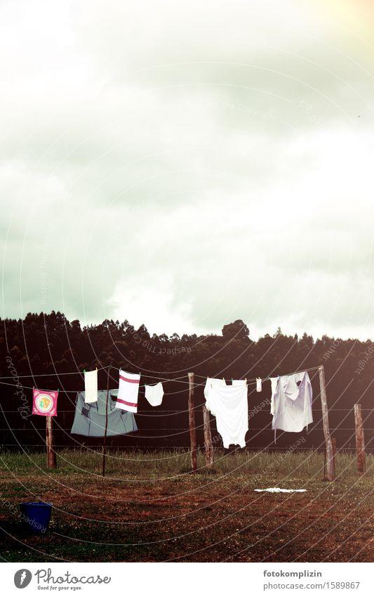 wäscheleinen melancholie Seil Wäscheleine Bekleidung Unterwäsche hängen dunkel braun Heimweh Nostalgie Außenaufnahme Textfreiraum oben Textfreiraum unten