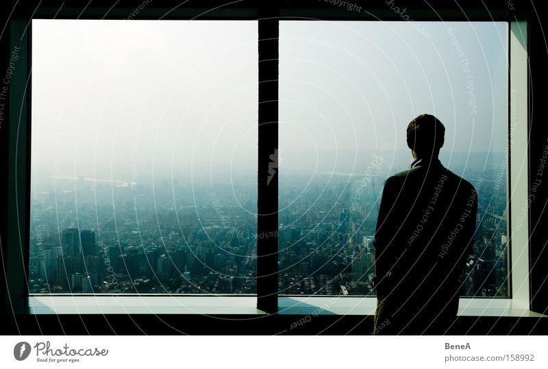Fenster Ferien & Urlaub & Reisen Tourismus Mensch maskulin Mann Erwachsene 1 Stadt Hauptstadt Stadtzentrum Skyline überbevölkert Hochhaus träumen groß Fernweh
