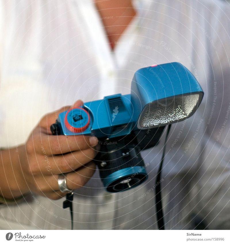 67 [ungleiche gegner] Videokamera Fotokamera Frau Erwachsene Finger Medien Kommunizieren authentisch Idee Konkurrenz Kontakt Kreativität Mittelformat Frauenhand