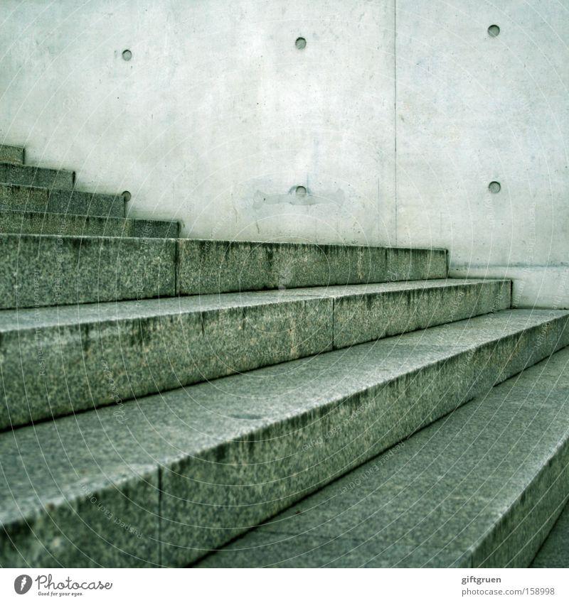 fluchtpunkte Treppe Stein abwärts aufwärts Fluchtpunkt Linie Punkt Zickzack Abstieg grau Beton Detailaufnahme Verkehr Mineralien abgang