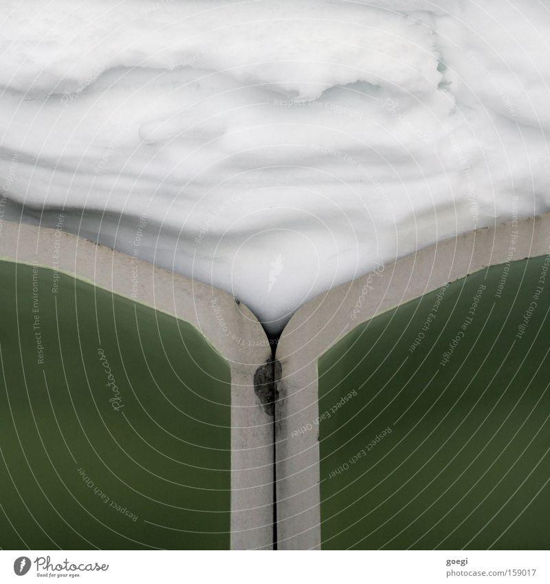 110°+140°+110°=360° Winter Schnee Dach grün weiß Schutz Farbe Genauigkeit Trennung Zusammenhalt Ecke Geometrie Wabe Detailaufnahme Symmetrie Schneedecke