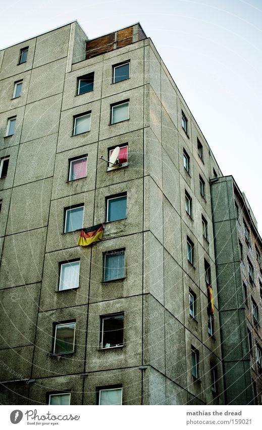 DEUTSCHE LEITKULTUR dunkel Berlin Fenster grau Linie dreckig Architektur Deutschland verrückt Fahne Vergänglichkeit Bundesadler Deutsche Flagge Stolz
