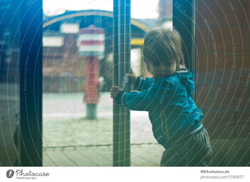 drehtür Mensch maskulin Kind Kleinkind Junge 1 1-3 Jahre Drehtür Jacke Bewegung drehen gehen laufen Spielen klein niedlich Freude Glück Zufriedenheit Abenteuer
