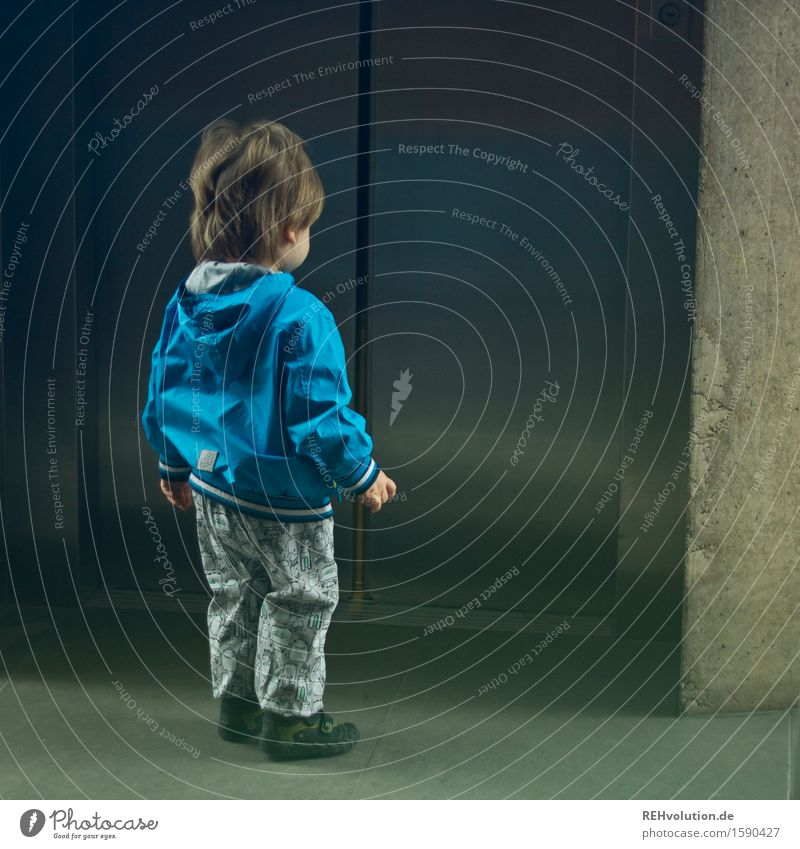 """""""Sie haben ja einen echt krassen Fahrstuhl hier."""" Mensch Kind Stadt blau klein maskulin Kindheit stehen warten Beton Abenteuer Coolness Güterverkehr & Logistik entdecken Kleinkind selbstbewußt"""