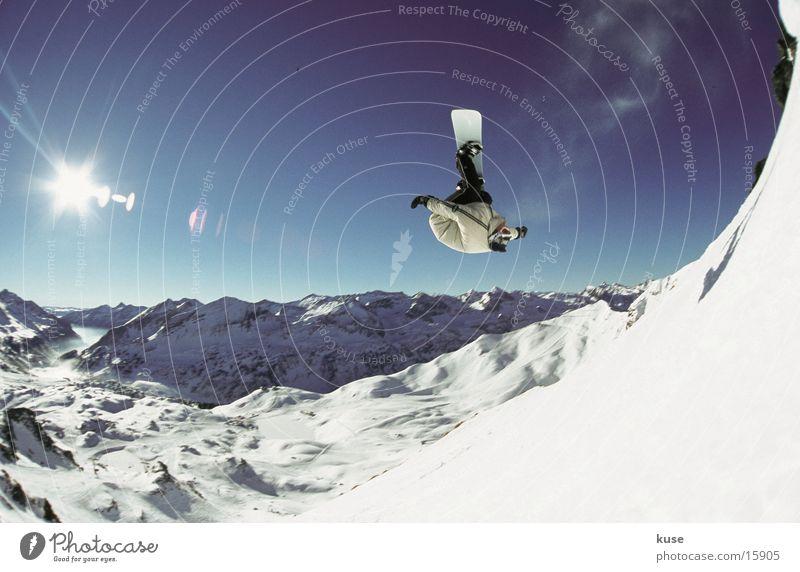 snowboard - jump 02 Sonne Winter Berge u. Gebirge Schnee Sport Idylle groß Schönes Wetter Schneebedeckte Gipfel Risiko Mut drehen Schneelandschaft Blauer Himmel rotieren Snowboard