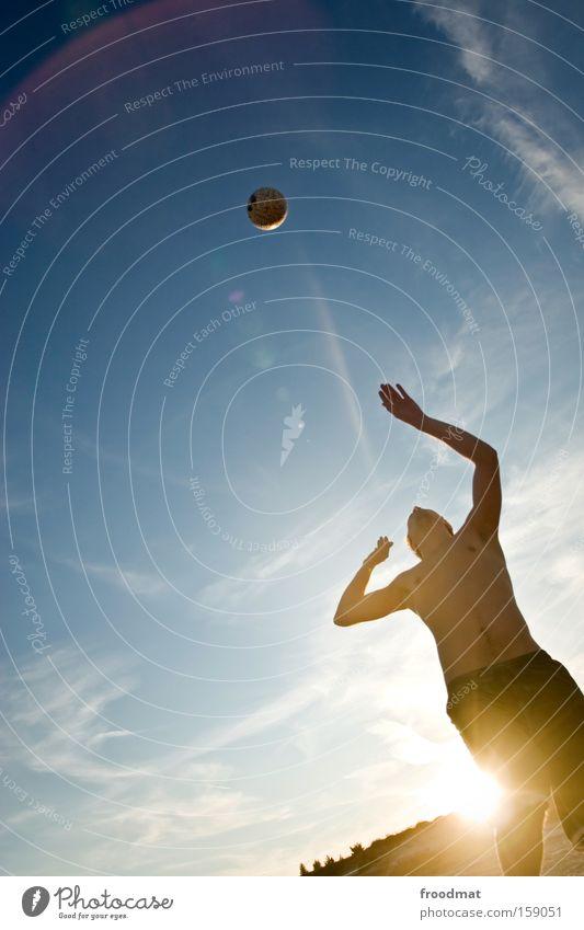 aufschläger Silhouette Sand Ball Sonne Gegenlicht Jugendliche Coolness Wärme sportlich Spielen Sonnenuntergang Volleyball springen Mann Barfuß Spannung