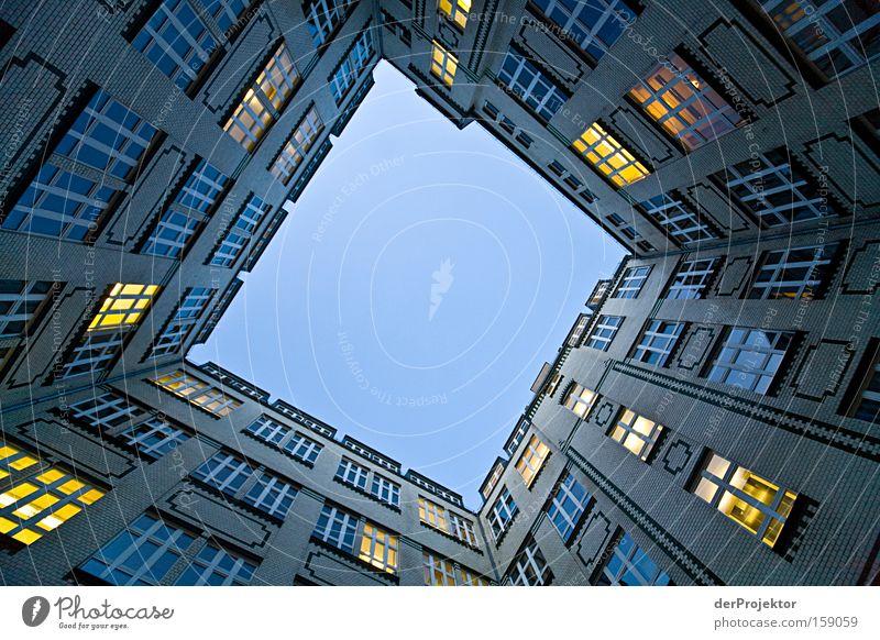Blauer Himmel und künstliche Sonnen der Arbeit Arbeit & Erwerbstätigkeit Berlin Hinterhof Fenster Froschperspektive gelb blau erdrückend Architektur Business