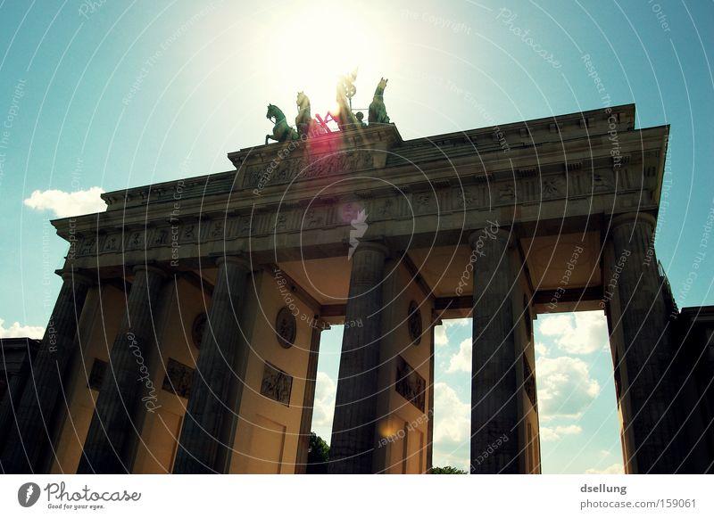 Im Rampenlicht Sommer Sonne Wärme Berlin Pferd Wahrzeichen Denkmal Hauptstadt Statue Überstrahlung monumental Wagen Reiter Heiligenschein Brandenburger Tor