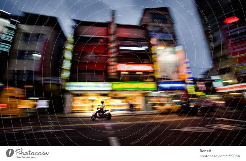 Moped Lampe Nachtleben Verkehr Verkehrswege Straße Kleinmotorrad Werbung Taipeh Asien Taiwan Fahrer 1 Person Mobilität Bewegung Bewegungsunschärfe