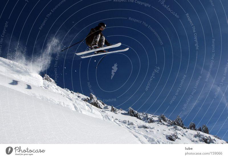 Der Überflieger Winter Sport Schnee Spielen fliegen Skifahren Luftverkehr Schneelandschaft Skifahrer Wintersport Tiefschnee Extremsport Pulverschnee Wintertag Weitsprung Höhenflug