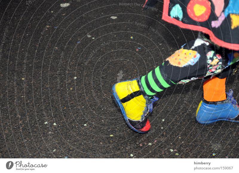 die karawane zieht weiter Freude Kunst Kultur Asphalt Karneval Veranstaltung Clown Zirkus Karnevalskostüm Spielzeug Kostüm Puppe Beruf Kasper