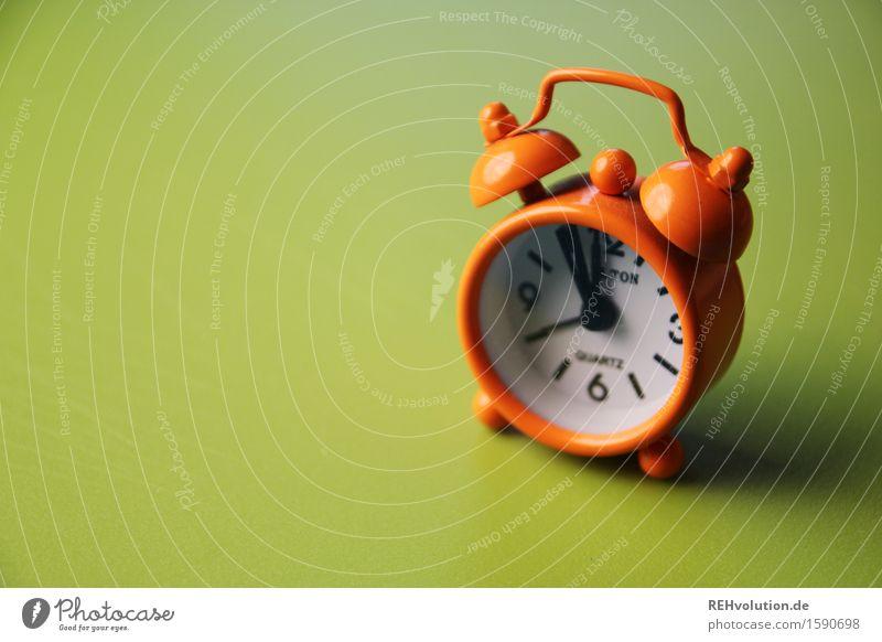 """""""Sie geh´n mir auf den Wecker."""" grün Zeit orange Uhr warten Zukunftsangst lang Klingel 12 Endzeitstimmung kurz aufwachen wecken verschlafen"""