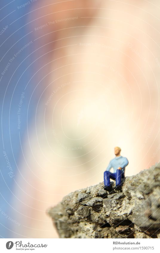 schöne aussicht Mensch maskulin Mann Erwachsene 1 30-45 Jahre Stein beobachten Blick sitzen klein Abenteuer Erholung einzigartig Kreativität Miniatur Figur