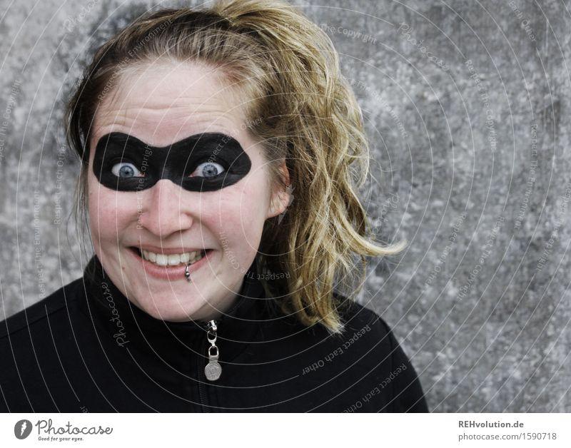 superheldin Mensch Jugendliche Junge Frau Freude 18-30 Jahre schwarz Erwachsene feminin außergewöhnlich Kraft blond verrückt Kreativität Lächeln einzigartig