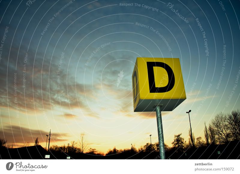 D wie Diego Ordnung Kommunizieren Flughafen Schriftzeichen Buchstaben schreiben Typographie Orientierung Bahnsteig Gate