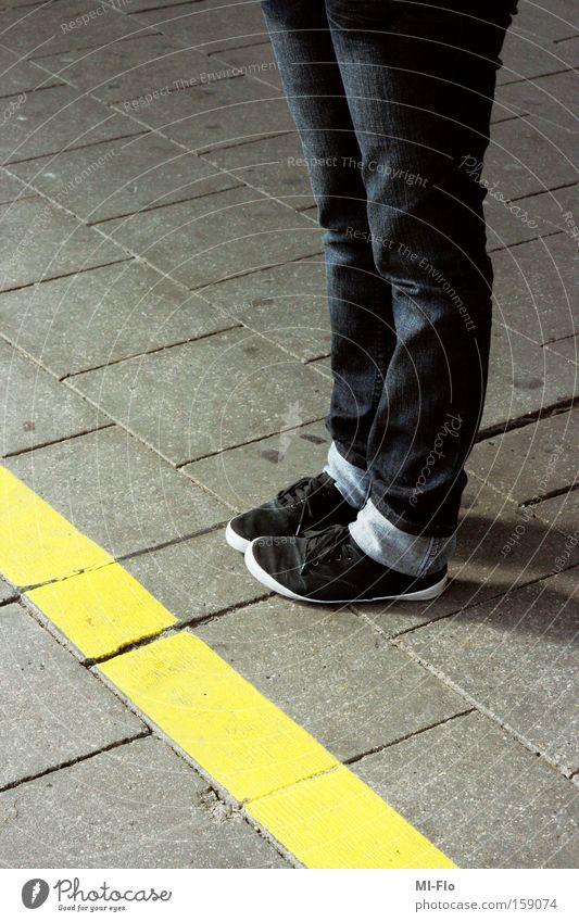 rauchergehege Stein Beine Fuß Schuhe Barriere Bahnhof