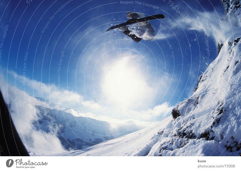 snowboard - jump 01 Sonne Winter Berge u. Gebirge Schnee Sport springen hoch groß Mut Schneelandschaft steil Snowboard Wintersport talentiert Funsport Snowboarding