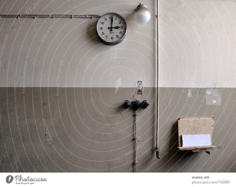 zeitlos alt Einsamkeit Lampe Wand Zeit Industrie Industriefotografie Kabel Fabrik Uhr verfallen Termin & Datum Schalter Ablage Steuerelemente