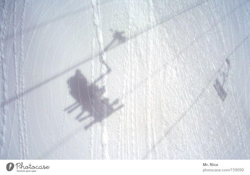 verschnaufpause Schweben Winter Schatten Seil Drahtseil Sesselbahn Spuren Skilift 3 Skigebiet Wintersport weiß Selbstportrait Schnee Gegenverkehr Niveau