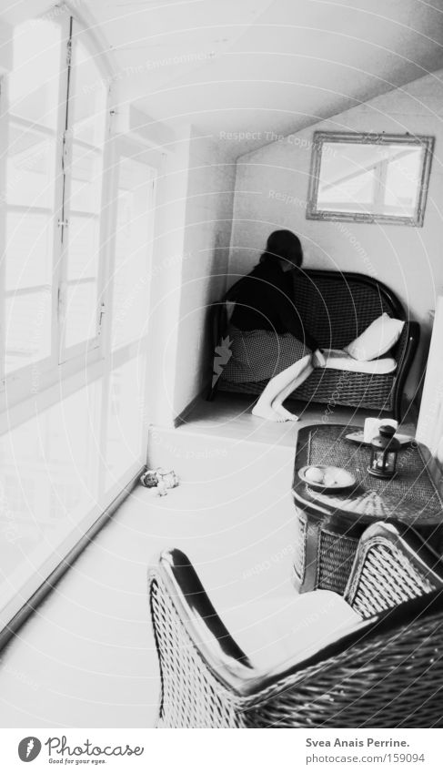 bei mir zu haus Mensch Frau Jugendliche Einsamkeit Erwachsene dunkel sitzen außergewöhnlich Dekoration & Verzierung 18-30 Jahre Trauer Junge Frau Kleid Punkt Spiegel Sofa