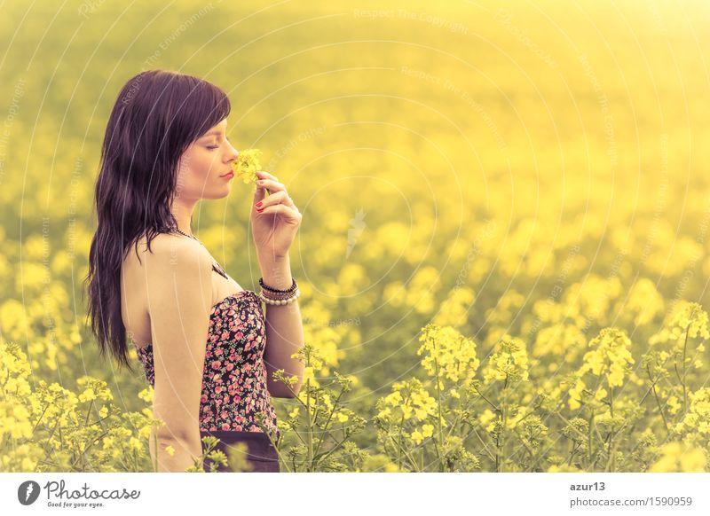 Schöne junge glückliche Frau in der Sonne riecht an gelber Blume Mensch Frau Natur Ferien & Urlaub & Reisen Jugendliche Pflanze schön grün Sommer Junge Frau Sonne Gesunde Ernährung Blume Erholung Erotik Landschaft