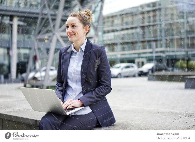 Outdoor Jugendliche 18-30 Jahre Erwachsene sprechen feminin Lifestyle Business Arbeit & Erwerbstätigkeit Büro Erfolg Kommunizieren Studium Baustelle