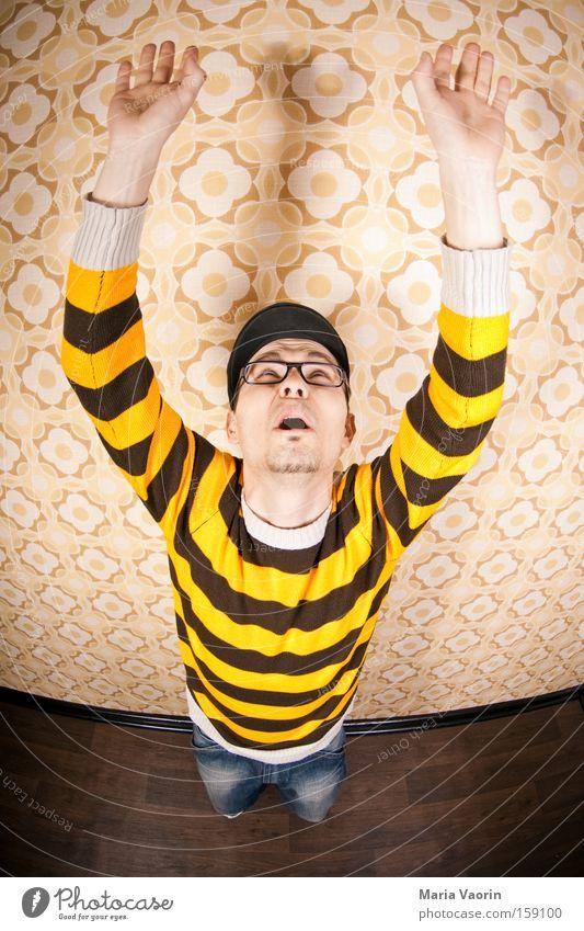 Laola Mann springen oben Angst groß fallen lang fangen Panik Verzerrung strecken abstützen Hände hoch