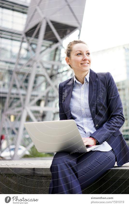 Outdoor Erholung Lifestyle Spielen Business Arbeit & Erwerbstätigkeit sitzen Kommunizieren Telekommunikation Lächeln Zukunft lernen beobachten Studium kaufen