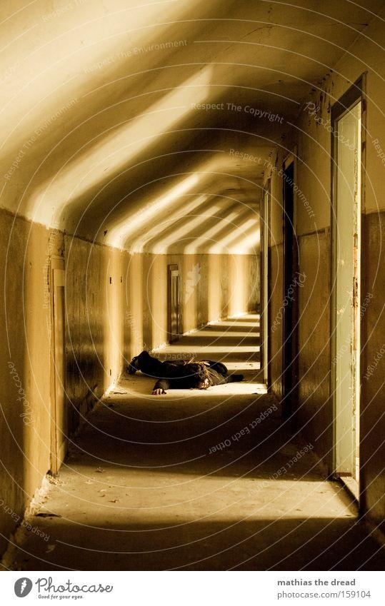 AUF DER STRECKE GEBLIEBEN Gang Flur Licht Sonnenlicht Mensch liegen Tod dunkel rund Architektur Tür verfallen Ruine Mann Vergänglichkeit Inszenierung