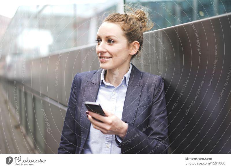 Mobil Lifestyle feminin 1 Mensch 18-30 Jahre Jugendliche Erwachsene Business elegant Energie Erfolg Kapitalwirtschaft Fortschritt Freiheit Freizeit & Hobby