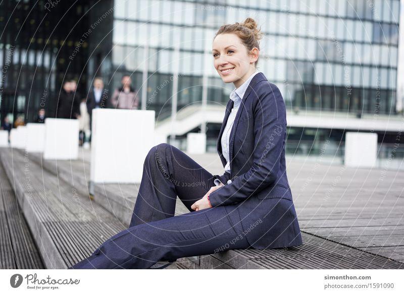 Job Mensch Erholung sprechen feminin Stil Lifestyle Business Arbeit & Erwerbstätigkeit Zufriedenheit Büro elegant Erfolg Energie Studium Team Sitzung