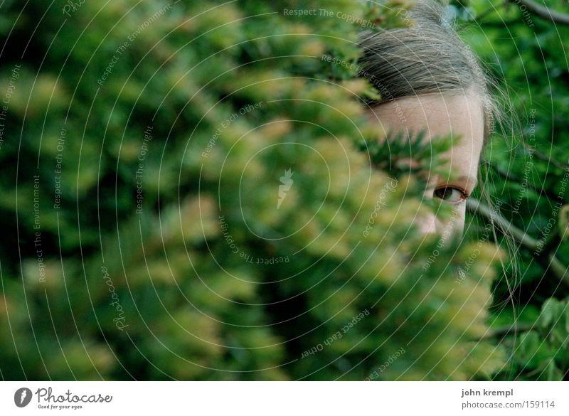 sie ist weg verstecken Frau lachen grün Sträucher Spielen Blick Kind kindlich Versailles Frankreich Paris