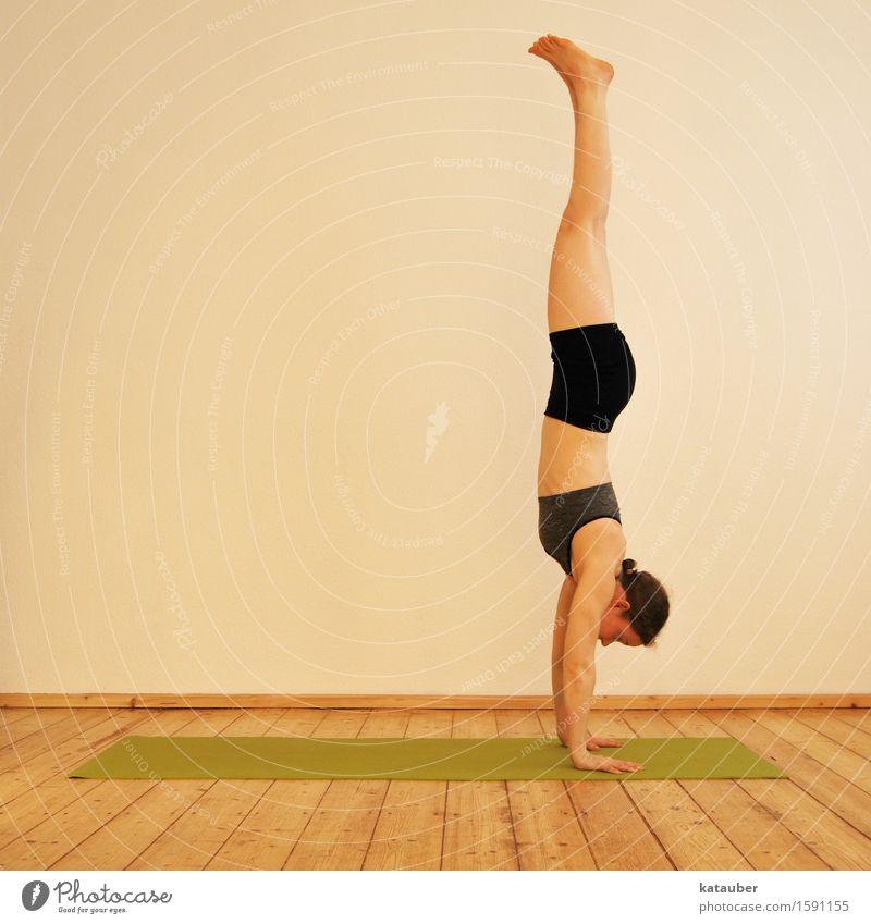 wechsel die perspektive! Lifestyle elegant Leben Meditation Yoga Ashtanga Handstand feminin Junge Frau Jugendliche 1 Mensch atmen entdecken Fitness sportlich