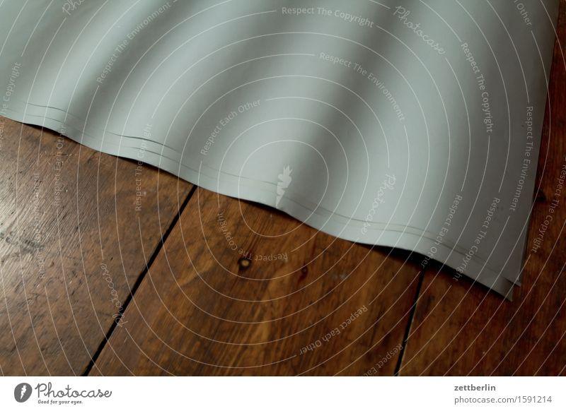 Papier auf Holz Plakat weiß Wellen Beule Rückseite Glätte Packpapier liegen Boden Bodenbelag Flur Holzfußboden Raum Innenarchitektur Häusliches Leben Neigung
