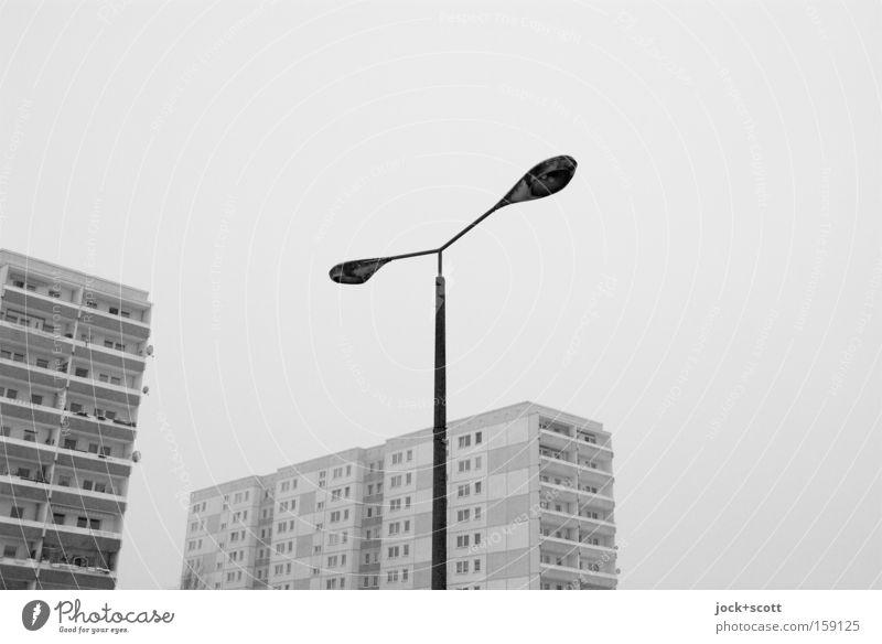 Marzipanien Nord Stadt Einsamkeit ruhig Haus Winter schwarz kalt Umwelt Tod grau Linie Stimmung Fassade Eis authentisch Ausflug