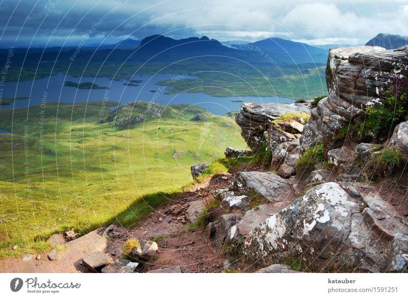 wolkig bis heiter Natur grün Landschaft Ferne dunkel Berge u. Gebirge Wiese Freiheit See Felsen trist Aussicht bedrohlich Schönes Wetter Abenteuer
